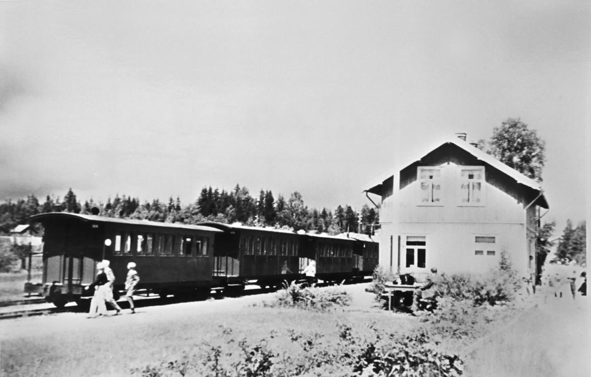 Skulerud stasjon med personvogner i spor 1.