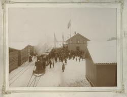 Åpningstoget på Urskogbanen ankommer Bjørkelangen stasjon 14