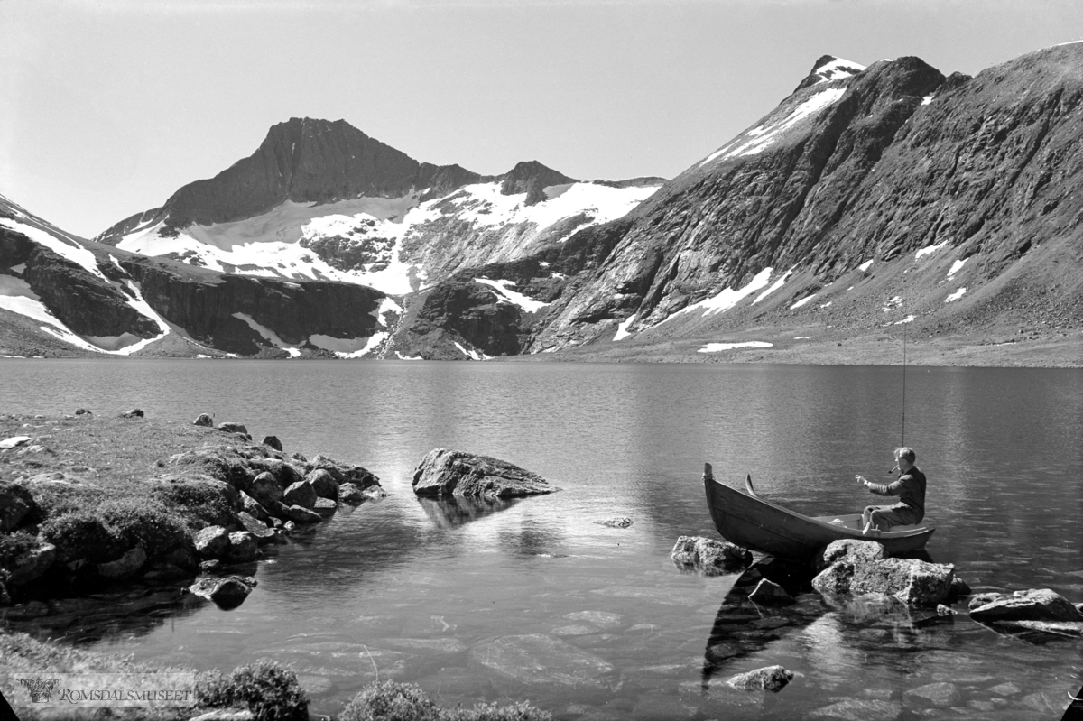 Kjøvvantnet ligger i Nesset kommune ner grensa til Isfjorden i Rauma..Fjellet Kyrkjetaket ligger i Rauma og ses i bakgrunnen på bildet..Vatnet har avløp nord vest over i Vistdalen.