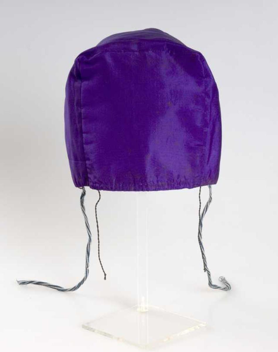 Pullue i silke, firkantet pull. Bomullsfôr og rynkesnor i bomull (ViVi, EIE sier lin)
