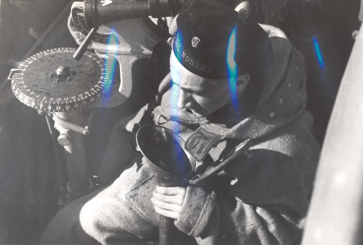 """Jageren """"Stord"""" blir overtatt av Den Norske Marine, 26.august 1943.  Besetningsmedlem kommuniserer med maskinrommet gjennom taleluren."""