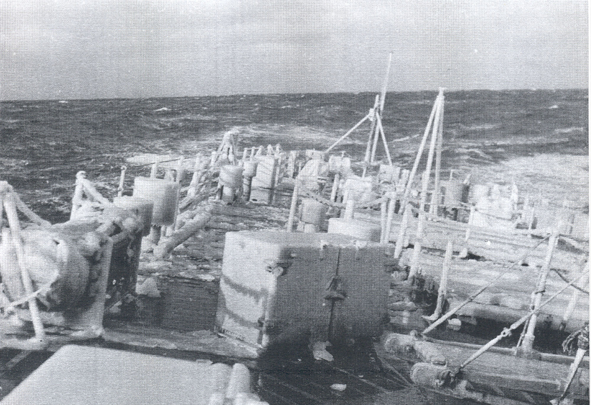 """KNM """"Draug"""" i Nord-Atlanteren på vinteren 1956. Nediset akterdekk."""