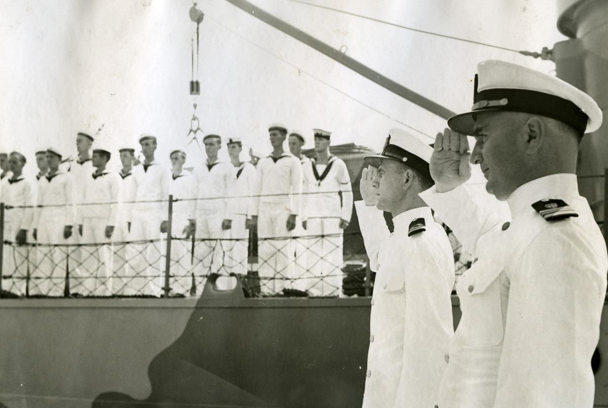 Album Ubåtjager King Haakon VII 1942-1946 Pressidenten forlater fartøyet.