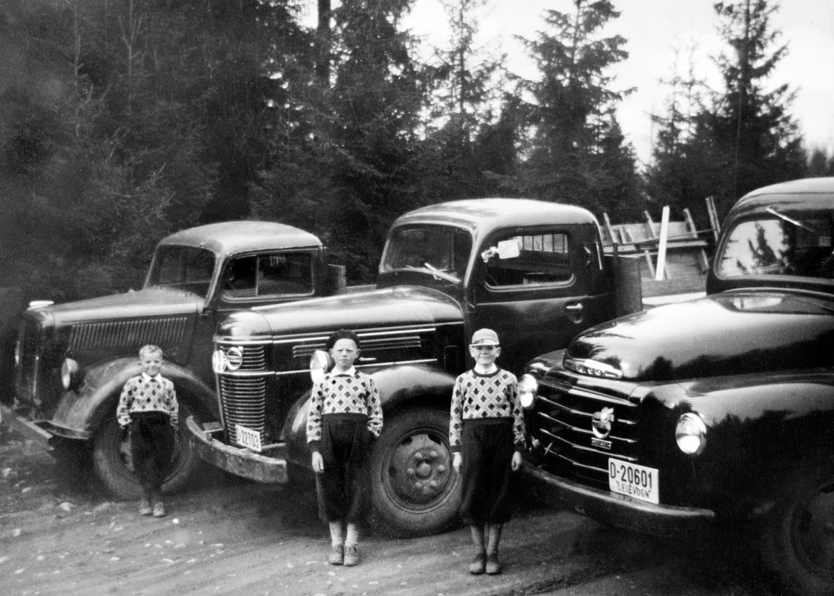 Lastebiler, eier Bjarne Stensli, Nybygda. Bilen til venstre er en ex tysk 3 tonn Opel Blitz. Som var den mest brukte lastebilen i den tyske hæren i andre verdenskrig, De to andre bilene er Volvo D-22703, Volvo D-20601. Guttene er Bjørn, Kjell Ivar og Nils Petter Stensli. Sønnene til Bjarne Stensli.