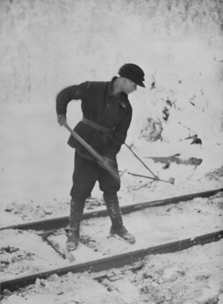 Krigsfange i arbeid på Thamshavnbanen.