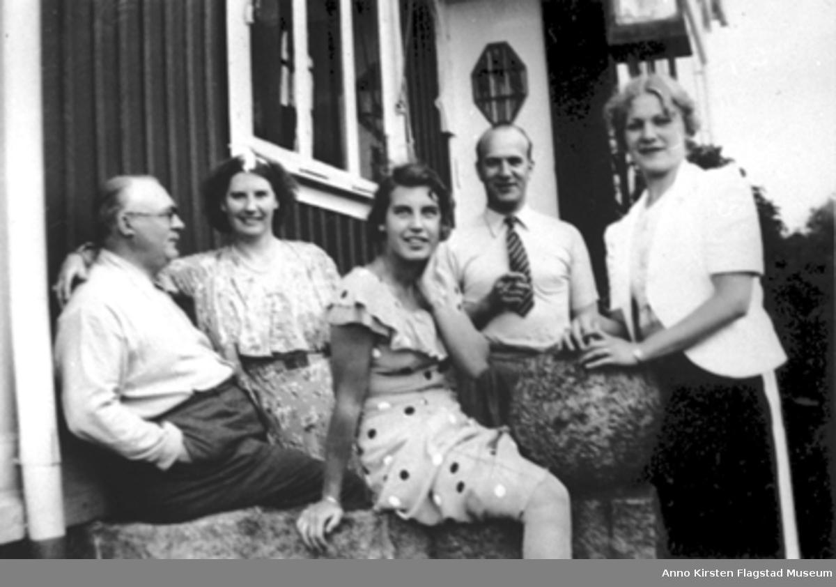 Fra venstre: Kirsten Flagstads ektemann Henry Johansen, Kirsten Flagstad, hennes datter Else Marie og to venner fra Strømstad, Sverige sommeren 1936. From left: Kirsten Flagstad's husband Henry Johansen, Kirsten Flagstad, her daughter Else Marie and two friends from Strømstad, Sverige sommeren 1936.