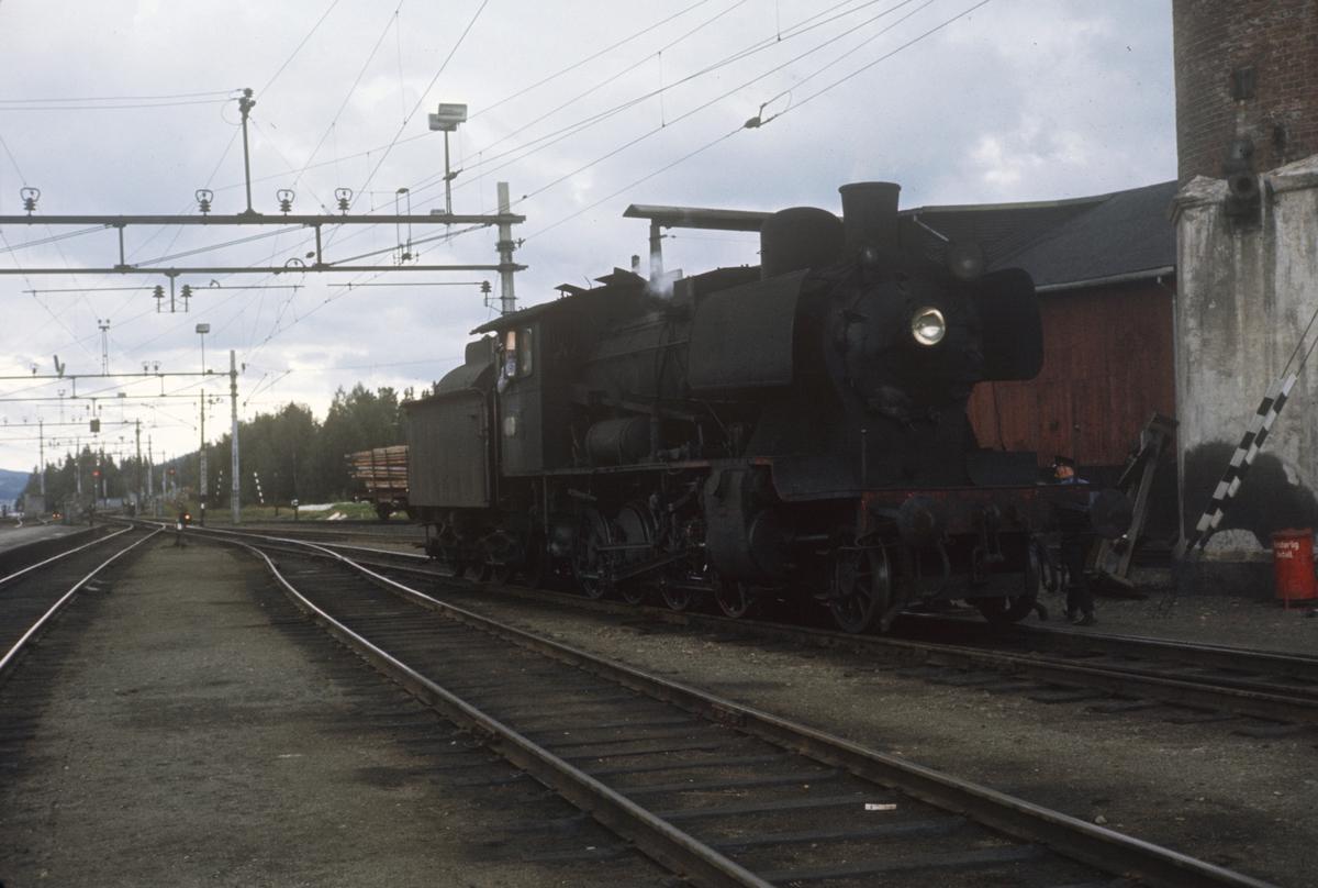 Damplok type 24b nr. 264 ved vanntårnet på Eina stasjon.