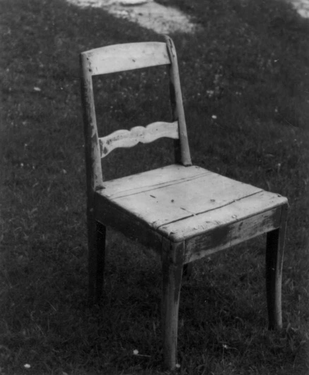 """""""Oldemorsstol"""" fra ca. 1878. Laget for Hans Eriksens morfar av en omreisende snekker og tømmermann. Ytre Bakkemo gård, Birtavarre, Kåfjord, Troms 1948."""