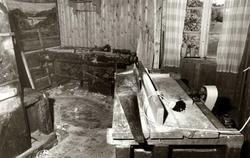 Fotografi fra snekkerloft, snekkerverksted med t.v. høvelben