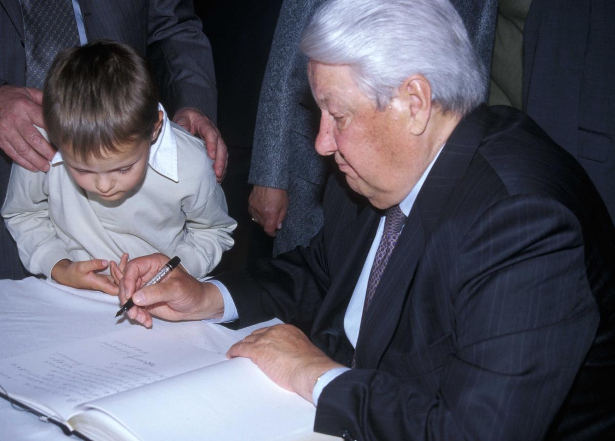 Russlands president, Boris Jeltsin, med kone og barnebarn, på Norsk Folkemuseum 15.august 2004 ved åpningen av utstillingen Norge-Russland  Naboer gjennom 1000 år.Her skriver han i gjesteboken.