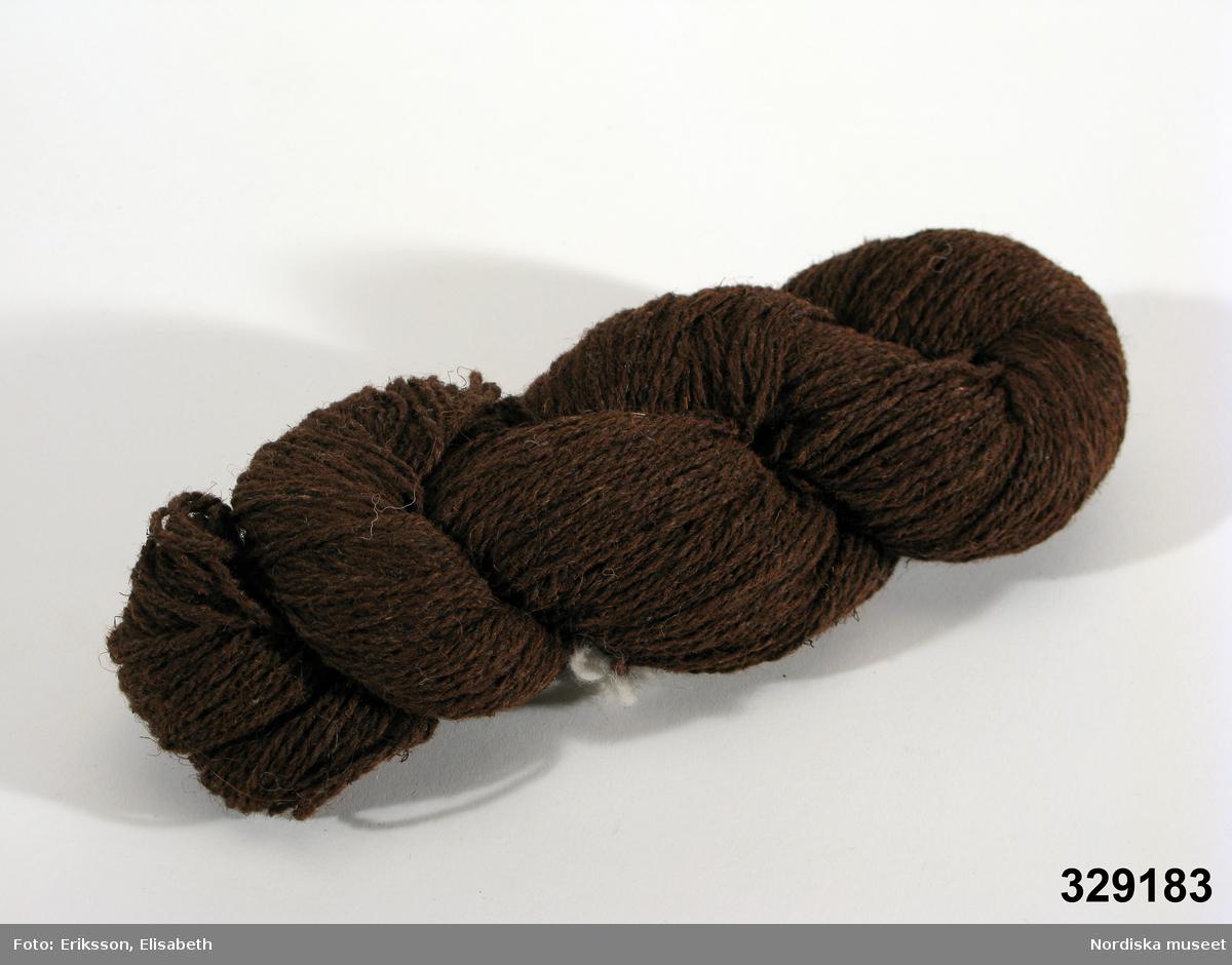 """Garnhärva i mörk naturbrun färg. Garnet är 2-trådigt ganska grovt och strävt och spunnet av lika delar torvfiber och ull. Avsett för stickning.  Enligt antroposofisk medicin är torven en ovanligt ren fiber fri från alla slags kemiska tillsatser och därför mycket hälsosam. """"Forskare som försökt hitta de helande, verksamma ämnena i torvsubstansen har upptäckt att torvens huminämnen har stor likhet med de endogena melaninerna, de pigmentämnen som den mänskliga organismen bildar i huden för att skydda sig mot alltför stor kosmisk strålning eller även mot UV-ljus från kvartslampor etc."""" (ur folder från Älma Torvtextil). Johannes Kloss började bygga upp ett torvullspinneri i Rydöbruk 1983. I denna trakt mellan Halland och Småland har torvbrytning förekommit under flera hundra år. Han köpte upp och byggde om gamla textilmaskiner för rensning och spinning och hyrde en fabrikslokal. Hans experiment med blandgarn av torvfiber och ull, eller med silke och även träfibermassa som viskos intresserade Överstyrelsen för ekonomiskt försvar som vill finna ersättningsprodukter för sådant som kan bli omöjligt att få fram i krigstider. Att ha en inhemsk produktion som kan klara avspärrningar är viktigt. Man kunde efter några år konstatera att en sådan produktion av torvullsfibrer var fullt möjlig och samarbetet var därmed avslutat. År 2005 skulle fabrikslokalen säljas och Kloss kunde inte hitta någon ersättningslokal utan tillverkningen fick läggas ned.  Maskinerna är skrotade eller i några fall sålda till företaget Nettle World i norra Tyskland som använder dem för spinning av nässlor som blandas med bomull. Blandgarnet blir melerat eftersom torvfibern är brun i sitt naturliga tillstånd. Skall den färgas måste den först blekas och i den processen förlorar den sina unika egenskaper, nämligen att vara porös och värmehållande. Lahult ligger nära Hyltebruk på gränsen mellan Småland och Halland, där det sedan lång tid funnits torvbrytning. Däremot har befolkningen inte tidigare använt fiber"""