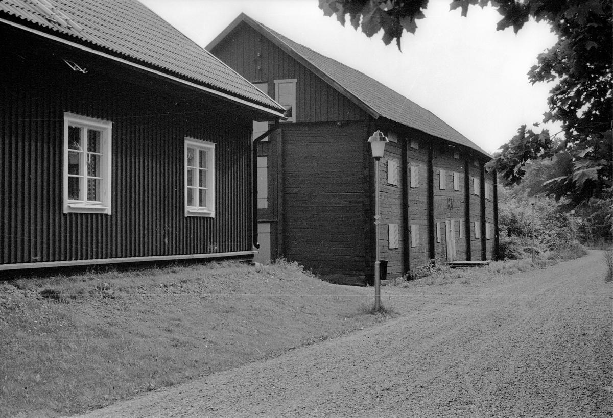 Vy från nordväst över Vattholma 5:20, Vattholma, Lena socken, Uppland 1978