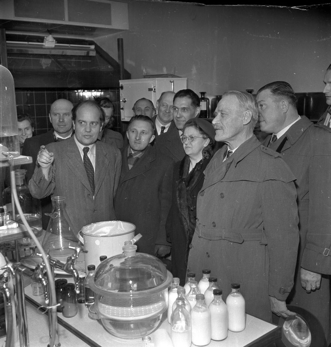 Representanter för Uppsala Läns Landsting besöker Pharmacia AB, Uppsala 1954