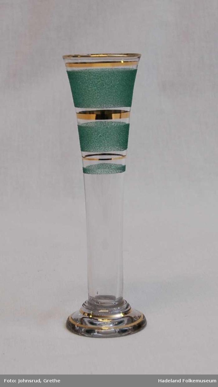 to høye glass på runde føtter. Påsmeltet glasspulver og gullstriper.