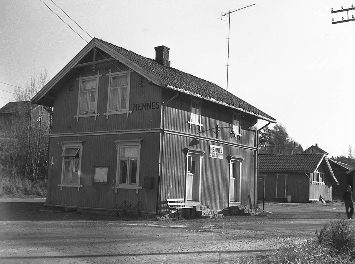 Ved Hemnes stasjon tre år etter nedleggelsen.