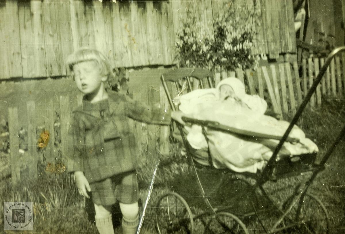 Storebror med godt tak i barnevogna med lillesøster i. Grindheim.