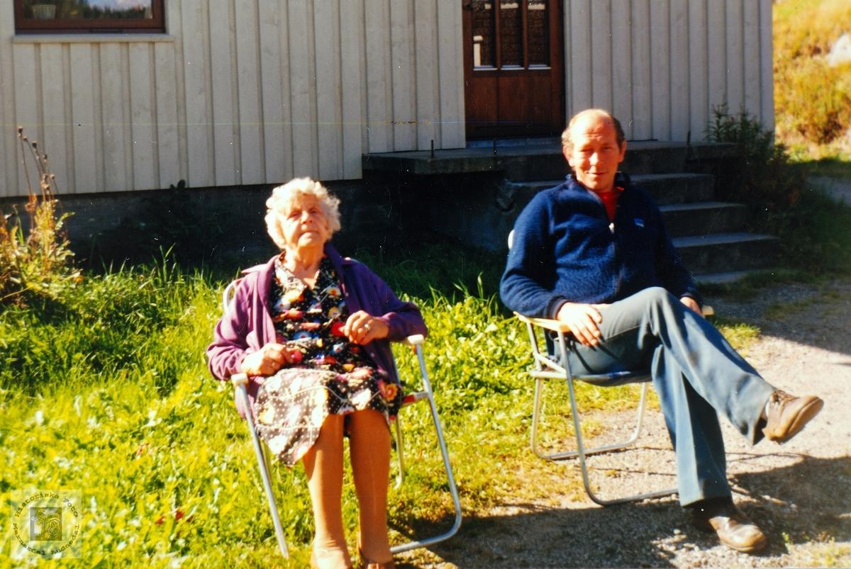 Torny og Georg Seland i solveggen. Seland Grindheim.