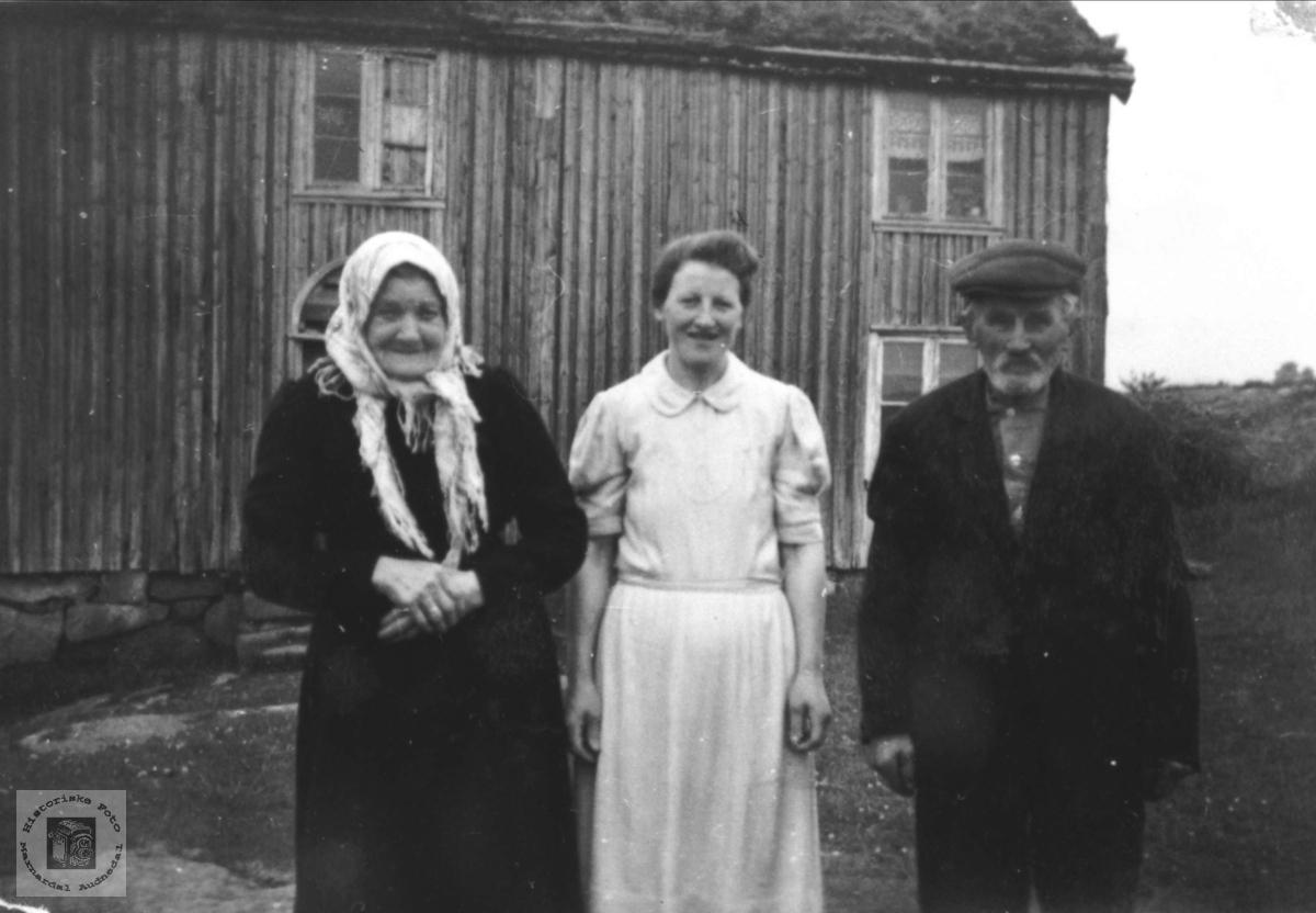 Familieportrett framfor heimen på Solberg, Bjelland.