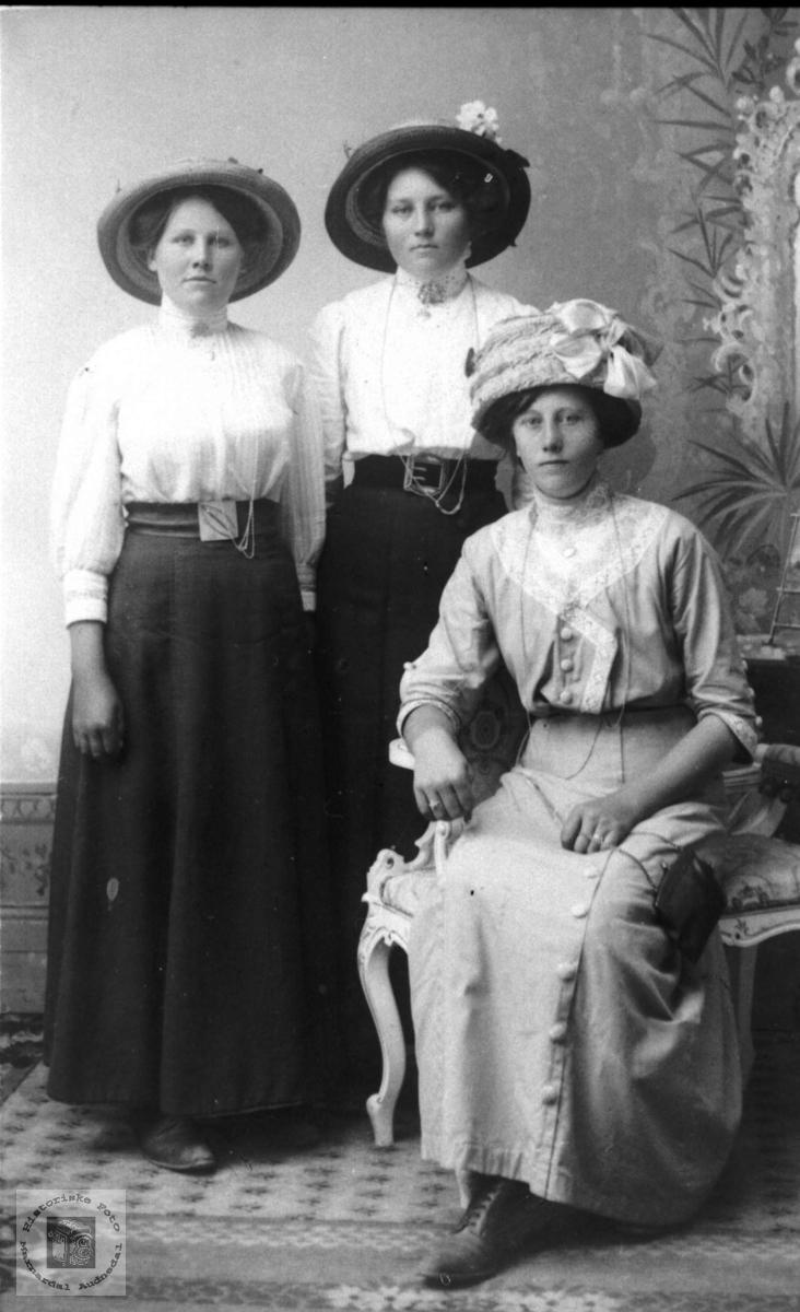 Tre søstre Abelseth (Apaasæ), Bjelland.
