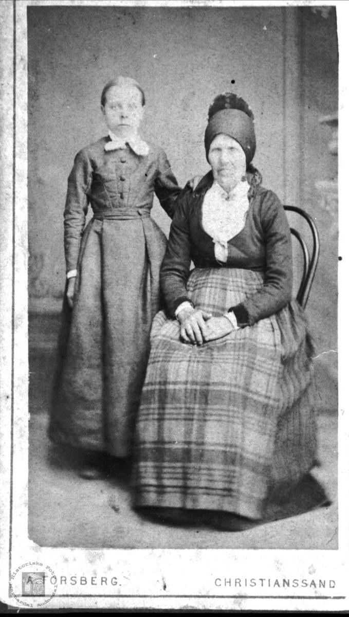 Portrett av Olaug Sveinall gift Skuland og Anna Skjeggestad gift Sveinall, Laudal.