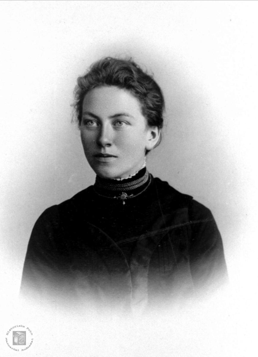Portrett av Asborg Ormestad, gift Høye, Øyslebø.