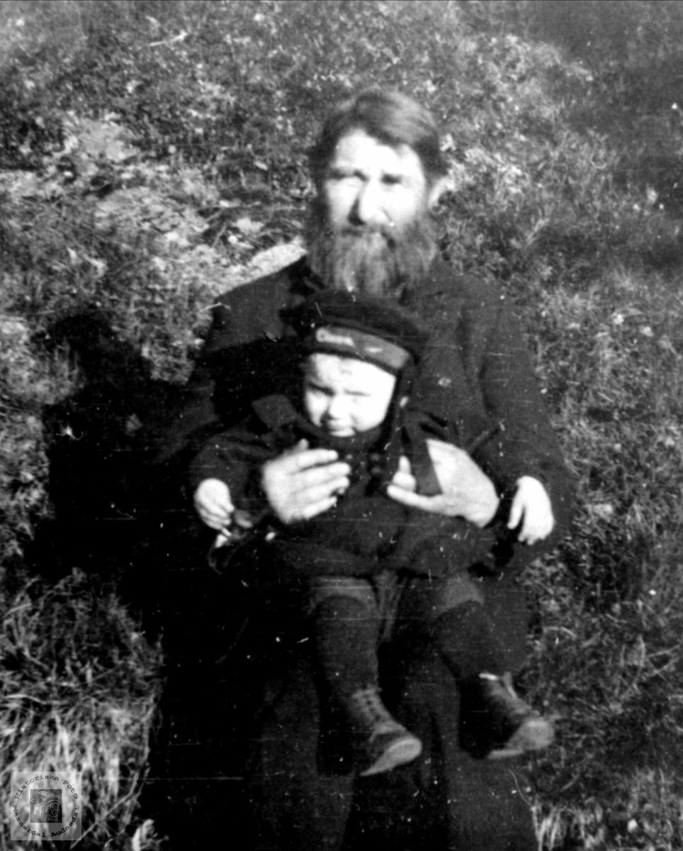 Barn på bestefar Nils Bue`s fang, Øyslebø.