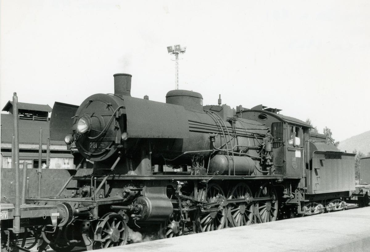 Damplok type 30a nr. 281 skifter på Lillehammer stasjon.