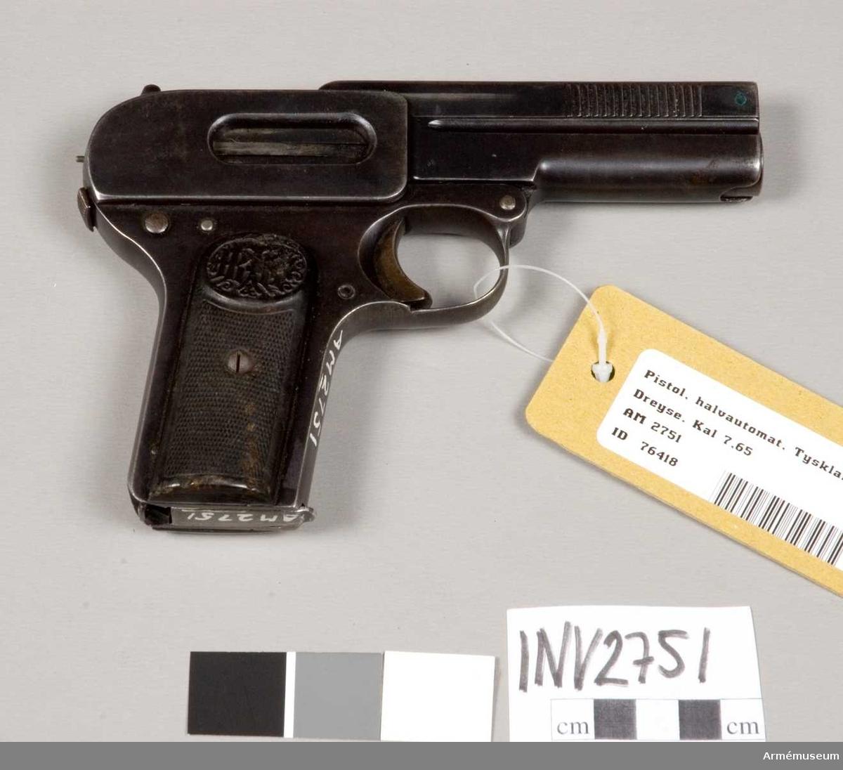 Tillv. av Rheinische Metallwaren- & Machinenfabrik Abt. Finsk gåva.  Består av: 1 pistol, halvautomatisk, 1 magasin.