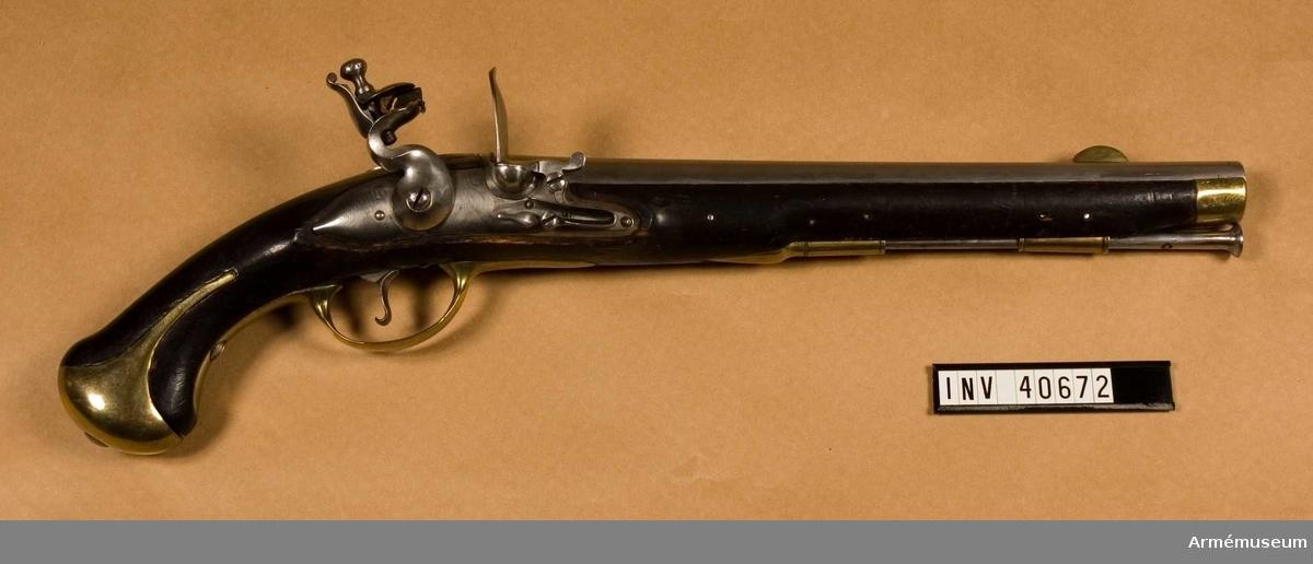 Grupp E III. Ryttarpistol, 1760-talet, med Christian VII:s monogram. Beslag av mässing samt järnladdstock. Stämpel på pipan.