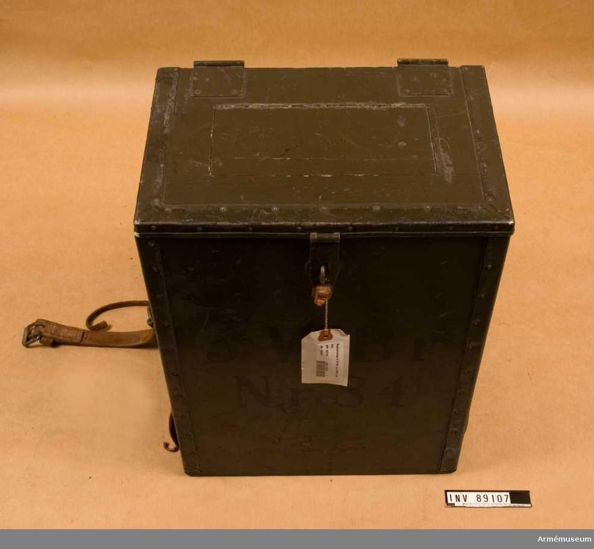 Grupp H II. 5 W bärbar radiostation m/1930 (nr 84) för bl. a. transport i rem över axeln eller mesar. Arméns första fastställda radiostation för telefoni. Räckvidd 2-10 km. Artilleriet.
