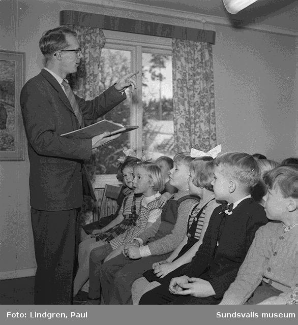 Herrgården, Timrå. Man läser ur en sagobok,barn sitter och lyssnar, dockteater.