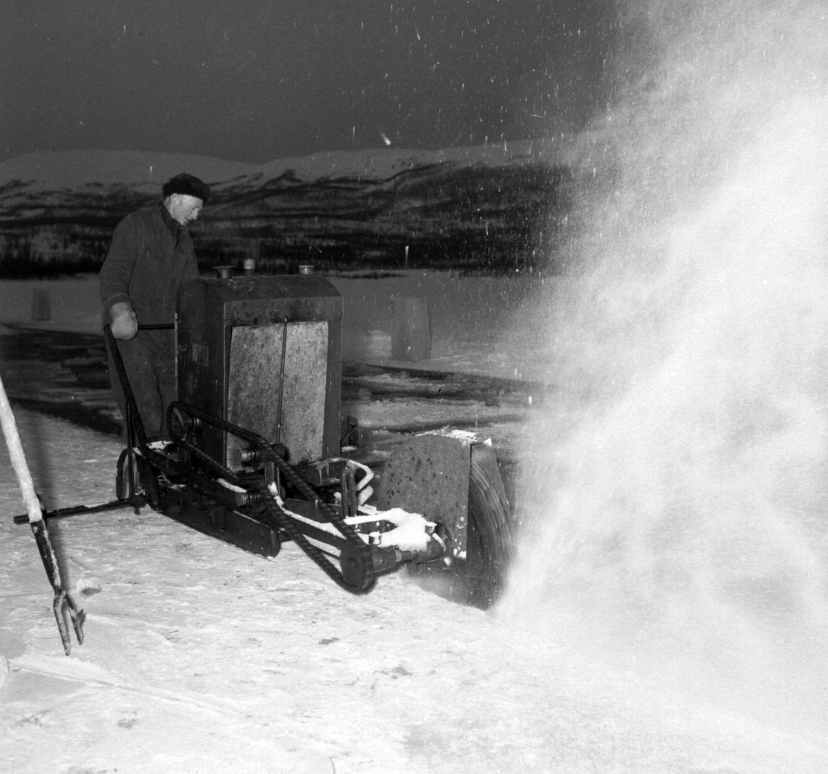 Isskjæring på Tennevatnet. Aksel Jensen fra Tofta sager isen.