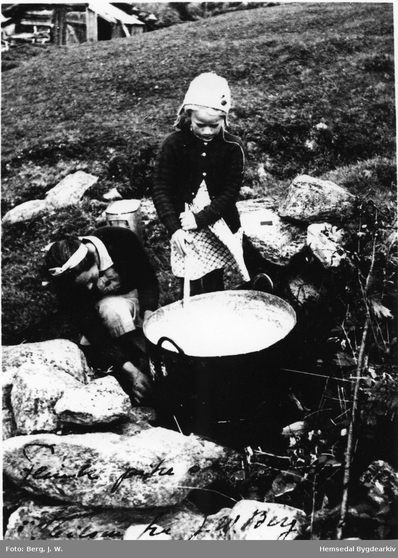 Gamalostysting på eise. Maria og dottera, Ragnhild Haldis Hjelmen, i arbeid.