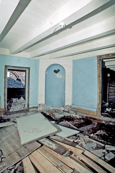 Nedre Tyholmen. Interiør under riving. Ovnsnisje i ukjent hus.