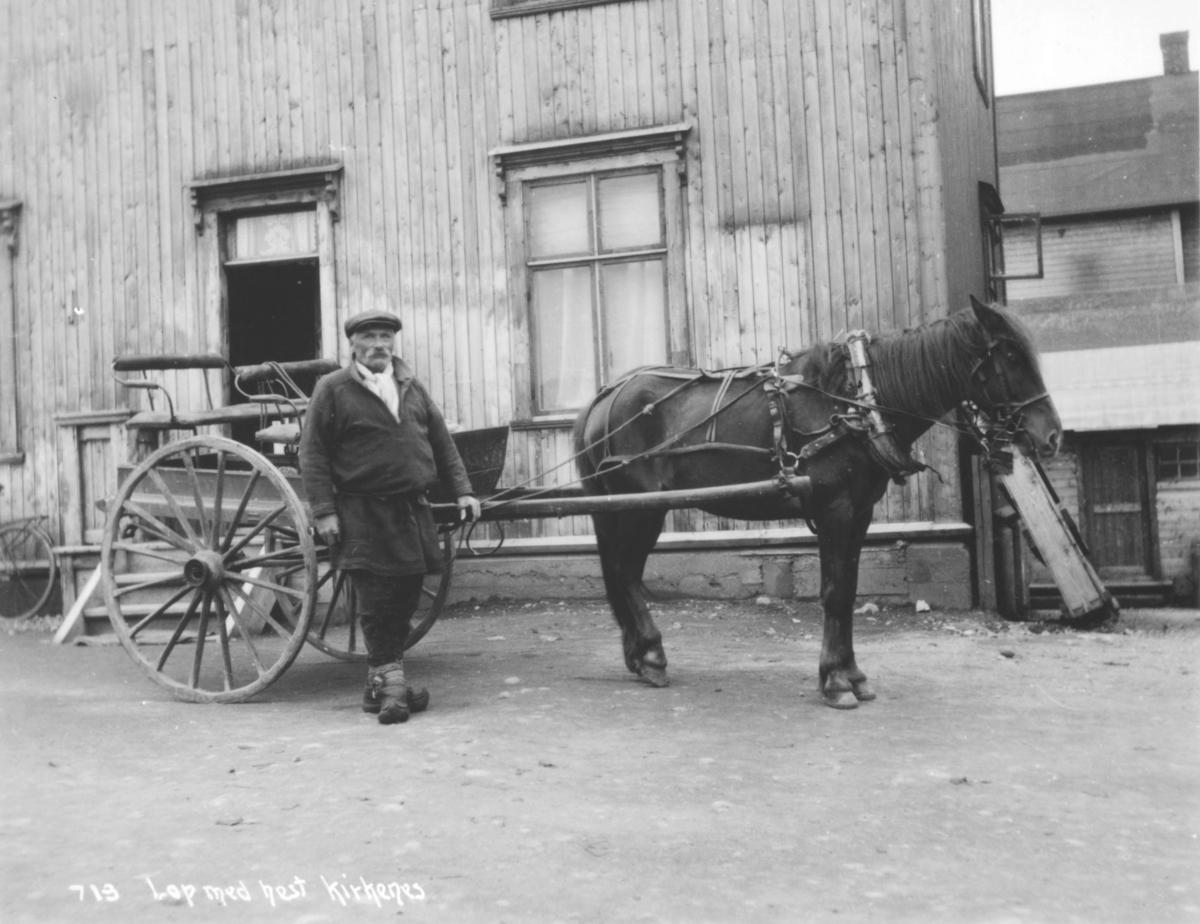 En samisk mann med hest og vogn i Kirkenes