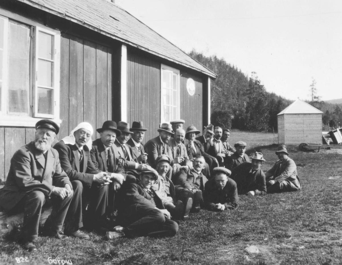 Jernbanekomiteens medlemmer hviler i solveggen utenfor Gargia fjellstue