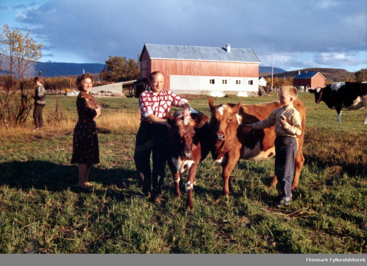 Fire personer fotografert på et jorde i Ildskog i Porsanger. De er fra venstre: Ingrid, Anne Marie, Johannes og Kjell, alle med Nymo til etternavn.