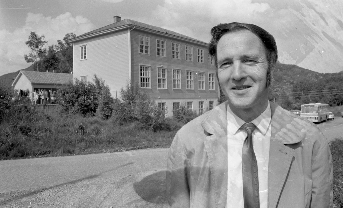 Soltun Skole - Nedre Vats. Bestyrer Hafstad poserer med skolen i bakgrunnen.