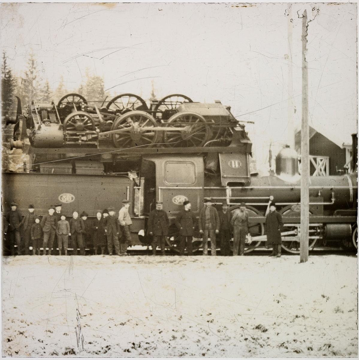 Hovedbanens damplokomotiv nr. 11 på ligger oppå lokomotiv nr. 36 etter kjeleksplosjon på Strømmen stasjon