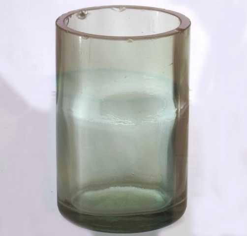 Kjøkkenglass. Rett sylindrisk glass, gulgrønt gods, laget av flaske, merket M 6(?). Bunn svakt buet.