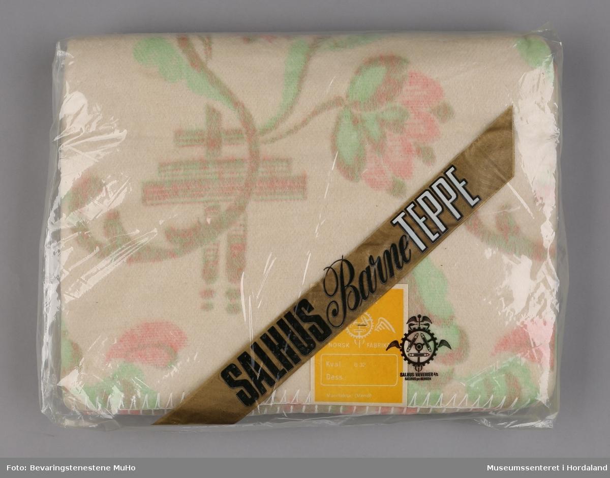 Teppe i original emballasje. Naturkvit med blomstermotiv.