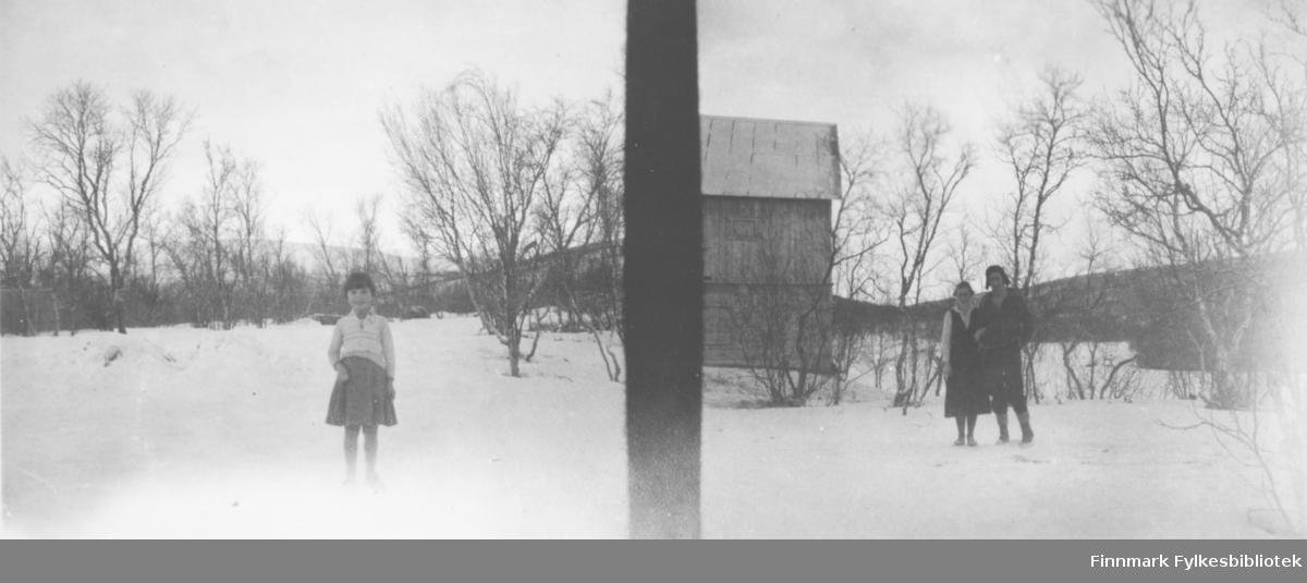 Henrik Hansen med kone og datter fotografert utenfør et hus i Luftjok, Tana. Bildet er tatt på vinterhalvåret og med stereokamera slik at i det ene bildet står datteren alene og i det andre foreldrene.             .