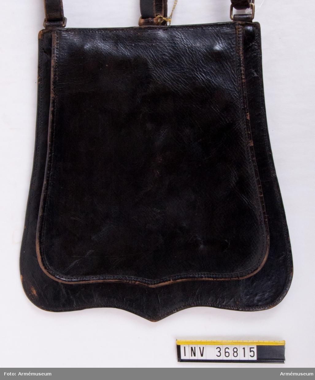 """Grupp C I. Ur paraduniform, med vissa förändringar, för manskap vid Smålands husarreg; 1849-1895. Livplagg m/1872. Består av dolma, päls, mössa, plym, byxor, kartusch med rem, sabelkoppel, handrem, sabeltaska.  Modellapp med text: """"(...)fastställd modell å Sabelgehäng med Sabeltaskremmar vid befveringen af Sadelmakaren J. O. Ljungquist den 1 Maj 1862(?) (...) Smålands Husarer Brevet den 15 Decemb. 1862(?) (oläslig underskrift)"""".  Annan lapp med text: """"4 (?) för lädret, beslag - 1 - 24-, 5 för (?) läder, (oläsligt)""""."""