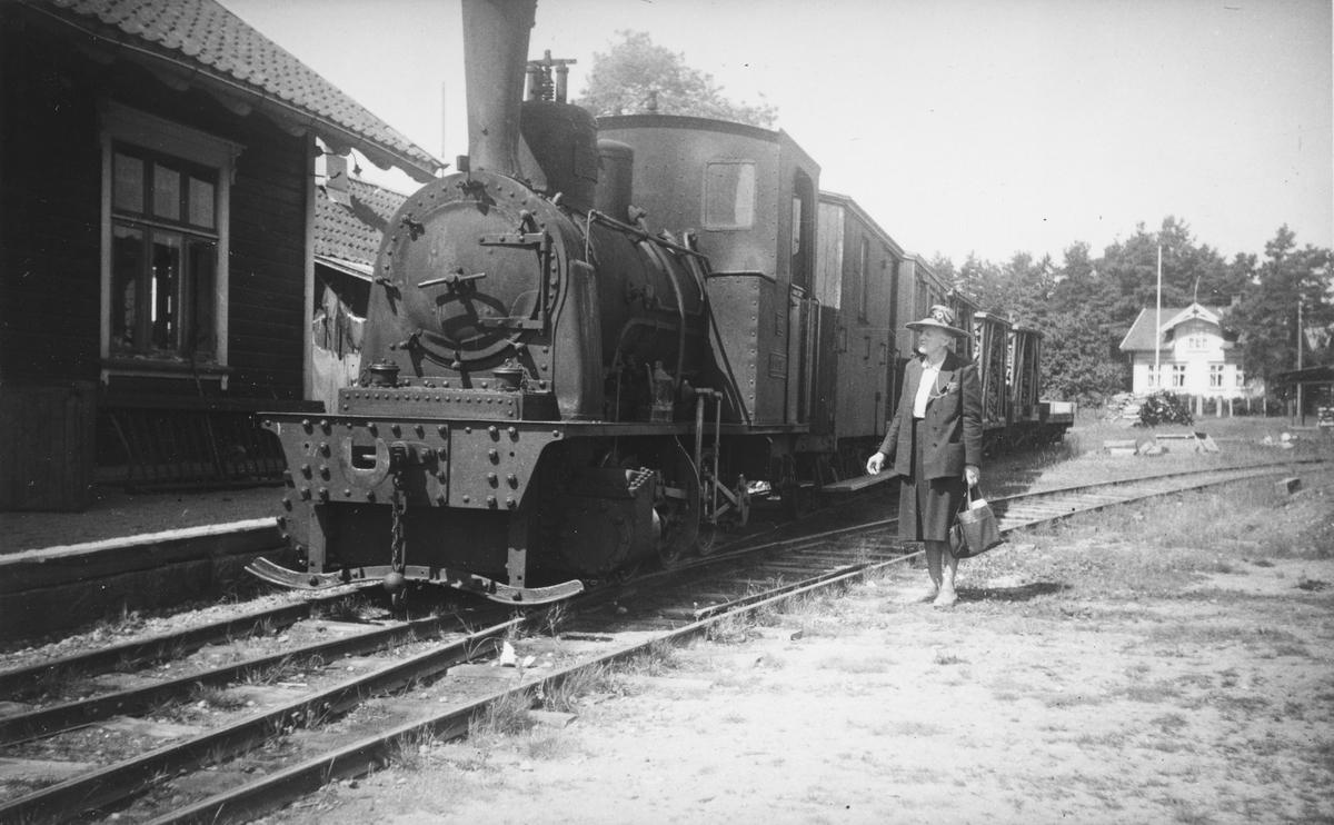 Et av Lillesand-Flaksvandbanens damplokomotiver med blandet tog til Lillesand på Birkeland stasjon