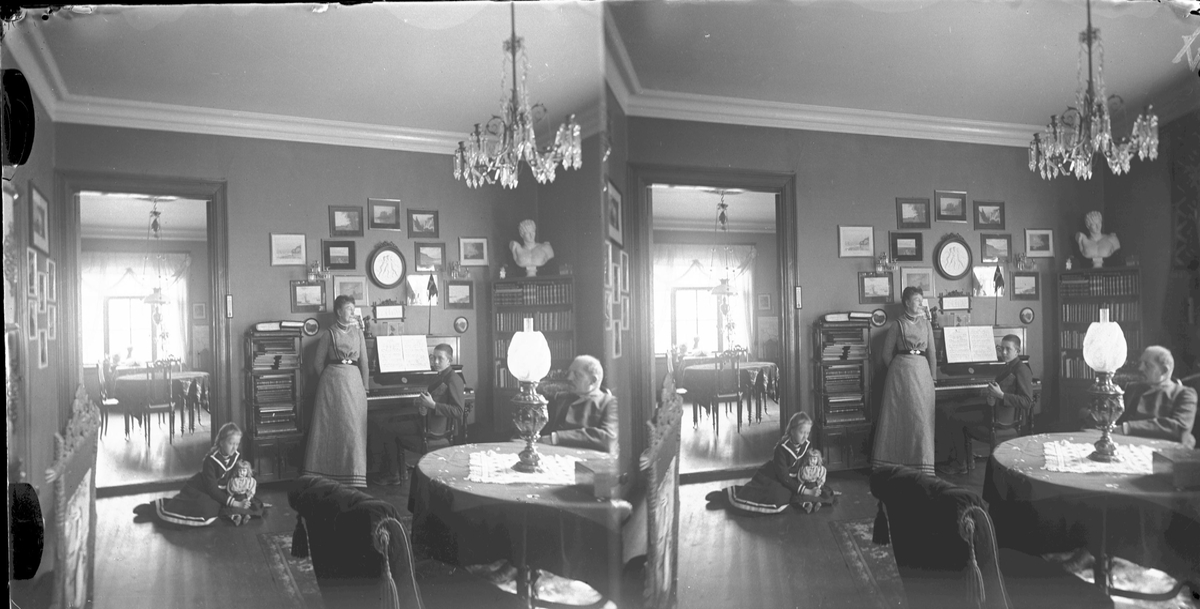 Stereoskopi: Interiørbilde, familie ved piano