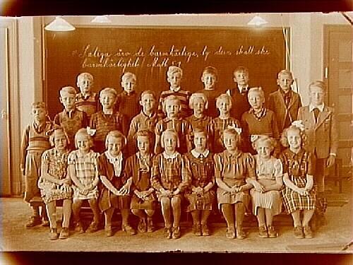 Engelbrektsskolan, klassrumsinteriör, 24 skolbarn med lärarinna fröken Emmy Söderlund, sal 7.