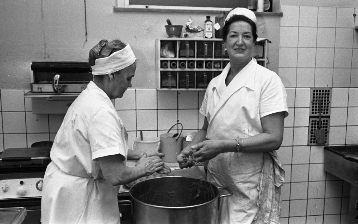 Fabriksmat, 9 mars 1966Två kokerskor klädda i vita arbetskläder är i färd med att rulla köttbullar.