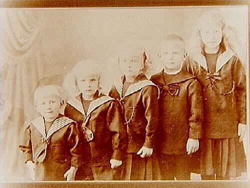 Fem barn. AB A.P. Hallqvist. Syskonen Hallqvist. Från vänster: Torvald Paul Hallqvist, född 1911 död 2003; Dagny Hallqvist född 1909; Signhild Hallqvist född 1907; Åke Paul Hallqvist, född 8/6 1906 död 1988, Anna Lisa Hallqvist, född 1904. Fadern var grosshandlare A.P. Hallqvist, född 29/4 1874, död 1960; Modern var Anna Hallqvist, f. Carlsson, född 1877, död 1956.