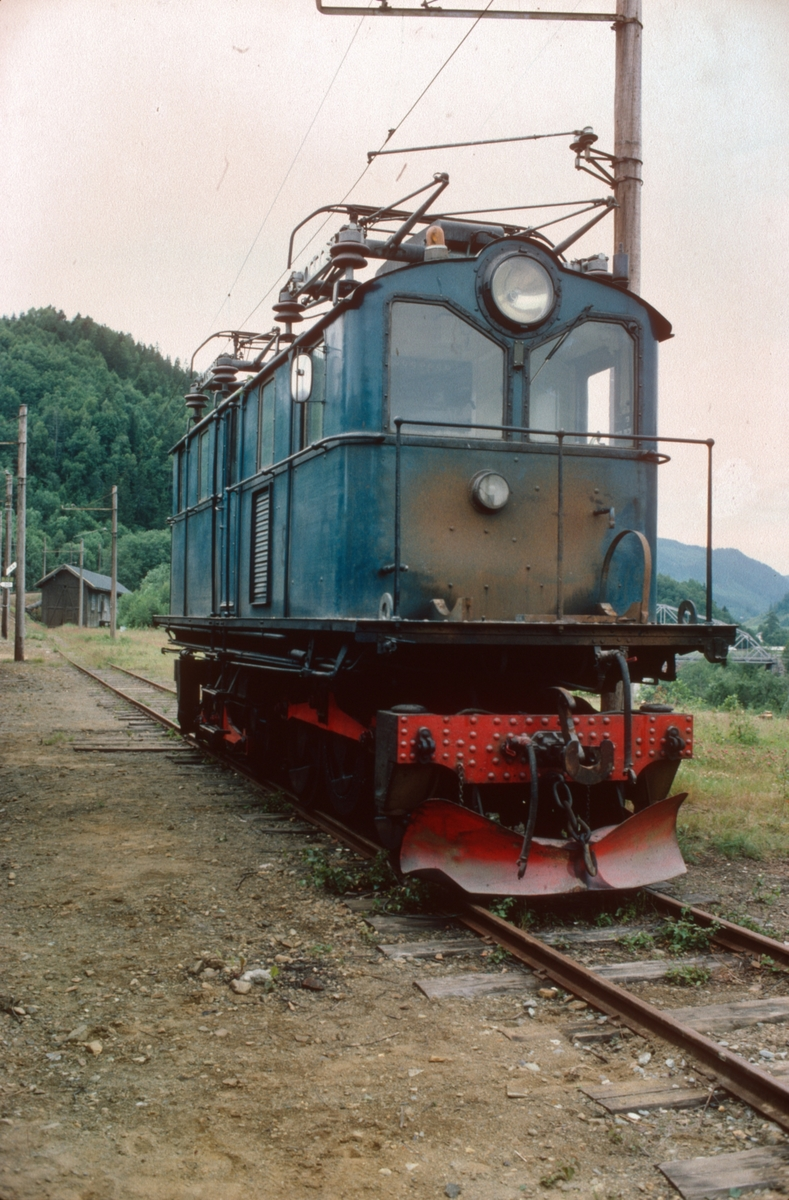 Salvesen & Thams lokomotiv nr. 8 (ASEA) på Svorkmo før istandsetting på museumsjernbanen.