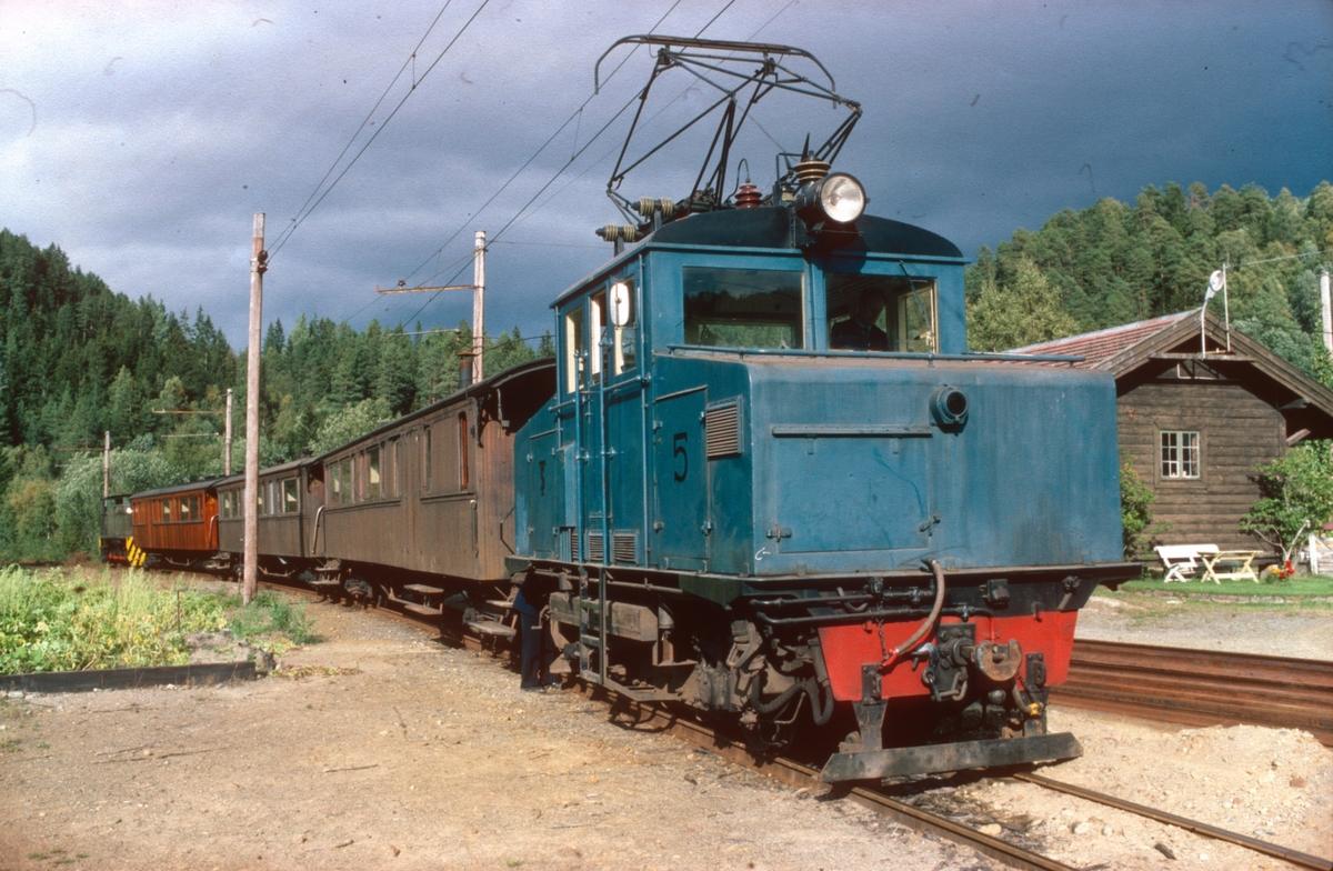 Svorkmo stasjon med lokomotiv nr. 5, personvogner, og lokomotiv nr. 10.